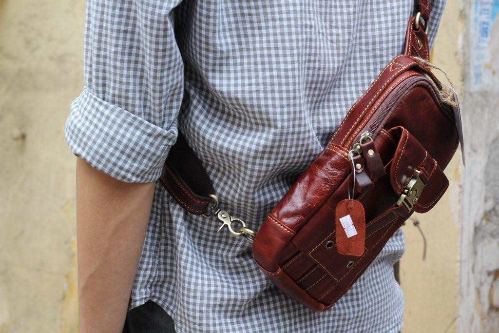Túi đeo ngực da thật cho nam thời trang bụi bặm màu nâu đỏ 1