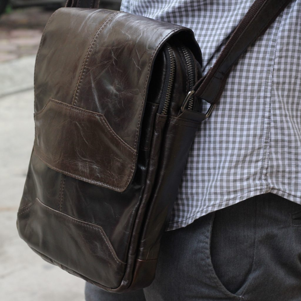 Túi đeo chéo nam KT42 có 2 màu nâu sang trọng