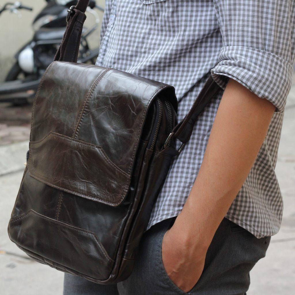 Túi xách đeo chéo nam KT42 được làm hoàn toàn từ da thật